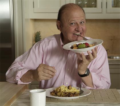 capelli ad aurea solo dietro sguardo attento e rotondino in questa foto a tavola mangia piatti e posate invece del cibo