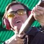 Yes Man: altre immagini dal film - Carl Allen (Jim Carrey) mentre prova il tiro ai piattelli