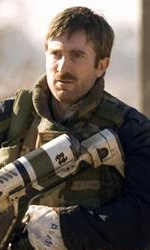 District 9: l'arma aliena dell'agente Wikus - L'agente Wikus (Sharlto Copley) con un fucile alieno
