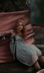 Alice in Wonderland: le immagini e il secondo trailer ufficiale - Alice sul cappello del cappellaio matto