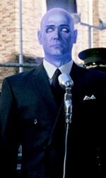 Watchmen, 25 nuove immagini - Dr. Manhattan durante una conferenza stampa