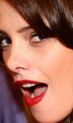 Twilight: le foto dei party a Los Angeles e New York City - Ashley Greene (Alice) mentre posa col poster