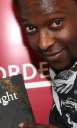 Twilight: le foto dei party a Los Angeles e New York City - Edi Gathegi (Lauren) posa accanto al poster