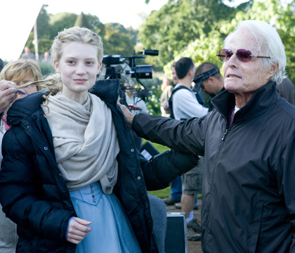 Mia Wasikowska e Richard Zanuck sul set