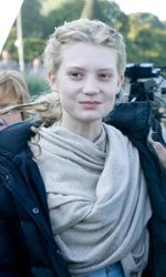 "Alice in Wonderland: 3 clip, ed ""Alice action Hero"" in italiano - Mia Wasikowska e Richard Zanuck sul set"