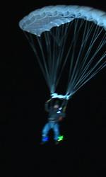 Tron Legacy: il gruppo di Flynn Lives invade la conferenza della Encom - Sam dopo essersi lanciato