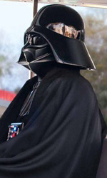 Star Wars Weekends 2010: i wallpaper pubblicitari - Darth Vader in giro per Disneyland sul trenino