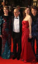 La nostra vita: il red carpet - Una foto corale del regista col cast