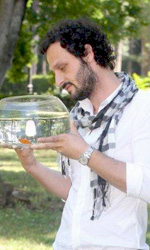 Goodbye, Mr Zeus!: l'uomo � un pesciolino rinchiuso in una boccia - Fabio Troiano e Zeus