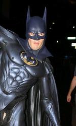 Arthur: Russell Brand e Luis Guzman sono Batman e Robin - Brand col costume completo di Batman