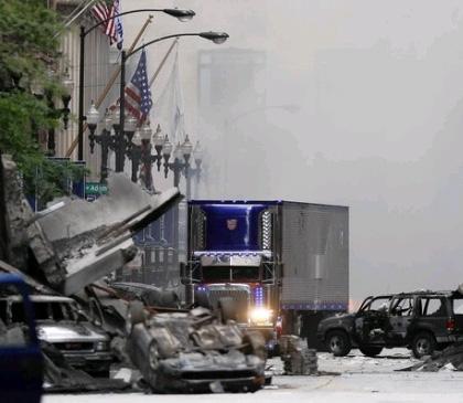 Optimus Prime si fa strada tra le macerie -