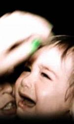 Paranormal Activity 2: gli easter egg nascosti nel trailer - Si notano le unghie verdi della mano che