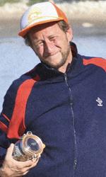 Un viaggio in moto con Depardieu - L'uomo che recupera il metallo sulla spiaggia