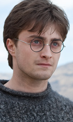 La featurette �Un epico finale� della 1a parte dei Doni della morte - Harry mentre osserva fuori dalla tenda.
