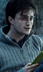 La featurette �Un epico finale� della 1a parte dei Doni della morte - Harry mentre legge la biografia di Dumbledore (Silente) scritta da Rita Skeeter.