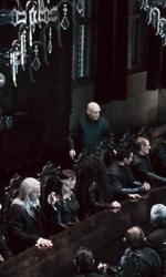 La featurette �Un epico finale� della 1a parte dei Doni della morte - Voldemort mentre parla con i Mangiamorte.