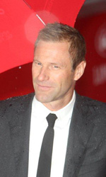 Il photocall e il red carpet di Aaron Eckhart - Aaron Eckhart sotto la pioggia sul red carpet di Rabbit Hole.