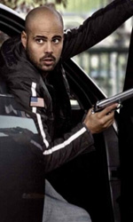 La nuova vita di Rosario Russo - Diego scende dall'auto impugnando una pistola.
