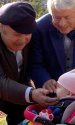 Lino Banfi torna a vestire i panni del nonno - Tino e Franco alle prese con la piccola Maria.