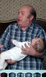 Lino Banfi torna a vestire i panni del nonno - Franco con la piccola Maria.