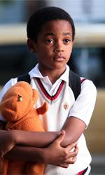 La fotogallery del film Un altro mondo - Il piccolo Charlie con il suo pupazzo arancione.