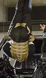Online la featurette Un nuovo tipo di eroe - Il coordinatore dei combattimenti Jeff Imada indica quanto in basso lo stuntman, legato alla corda, deve essere alzato.