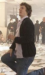 Online la featurette Un nuovo tipo di eroe - Michel Gondry controlla la posizione delle cineprese.