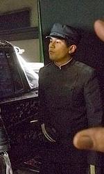 Online la featurette Un nuovo tipo di eroe - Jay Chopu guarda la sua controfigura, Hiro Koda, mentre afferra il piede dello stuntman Sam Looc.