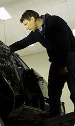 Online la featurette Un nuovo tipo di eroe - Michel Gondry controlla durante le prove.