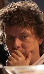 Online la featurette Un nuovo tipo di eroe - Michel Gondry mentre guarda un playback.