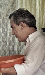 La fotogallery del film Into Paradiso - Alfonso fa la conoscenza della comunità srilankese.