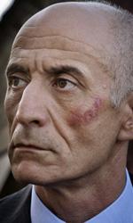 La fotogallery del film Into Paradiso - Vincenzo Cacace presenta un'evidente ferita al volto.