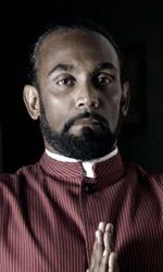 La fotogallery del film Into Paradiso - Gayan, un tempo campione di cricket, è oggi un maggiordomo.