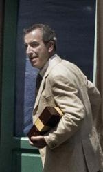La fotogallery del film Into Paradiso - Alfonso davanti la porta di casa di Gayan.
