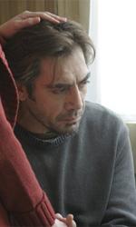 La fotogallery del film Biutiful - Uxbal immerso nei suoi pensieri.
