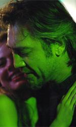 La fotogallery del film Biutiful - Uxbal in un locale insieme ad una giovane ragazza.