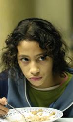 La fotogallery del film Biutiful - Ana, a cena, guarda preoccupata suo padre Uxbal.