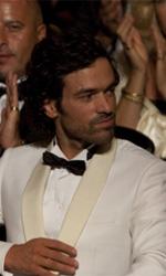 La fotogallery del film Il truffacuori - Alex in un elegante smoking bianco.