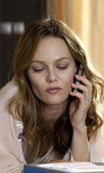 La fotogallery del film Il truffacuori - Juliette si rilassa sul letto tra il telefono e il suo nuovo regalo.