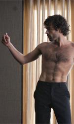 La fotogallery del film Il truffacuori - Alex danza seminudo nella sua stanza.