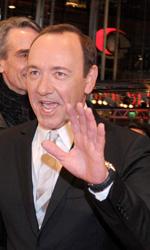 Berlinale 2011: Il red carpet di Margin Call - Kevin Spacey saluta il pubblico attorniato dai protagonisti di <em>Margin Call</em>.
