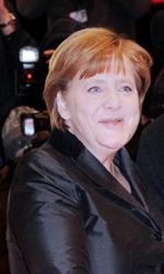 Omaggio in 3D a un'amicizia durata 40 anni - Il segretario alla cultura Bernd Neumann stringe la mano al cancelliere Angela Merkel.