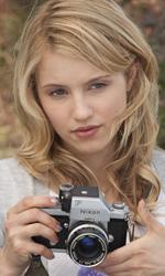 Le innumerevoli ispirazioni di Sono il numero quattro - Sarah è una fotografa amatoriale che con la sua macchina fotografica cattura ciò che la gente non può vedere.