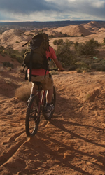 Fra culto della vita e culturismo dell'immagine - Aron Ralston (James Franco) in bici in una scena del film 127 ore.
