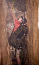 Fra culto della vita e culturismo dell'immagine - L'arrivo della pioggia complica notevolmente la situazione del giovane escursionista Ralston (James Franco).