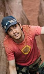 Fra culto della vita e culturismo dell'immagine - Aron Ralston (James Franco) guarda in alto nella speranza che qualche escursionista transiti da quelle parti.