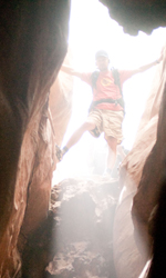 Fra culto della vita e culturismo dell'immagine - Aron Ralston (James Franco) guarda all'interno di una gola del Blue John Canyon.