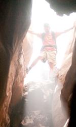 Fra culto della vita e culturismo dell'immagine - Aron Ralston (James Franco) guarda all'interno di una gola del Blue John Canyon.