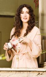 Manuale d'amore 3, le foto - Viola (Monica Bellucci) alla finestra impegnata con la macchinetta del caff�.
