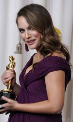 Oscar, trionfa Il discorso del re - Natalie Portman mostra il suo Oscar.